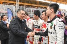 行政長官崔世安與第65屆澳門格蘭披治大賽車三級方程式賽事參賽者握手