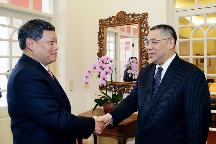 行政長官崔世安與遼寧省省長唐一軍握手