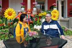 行政長官崔世安藉政府總部開放日與前來參觀的市民交流和合影