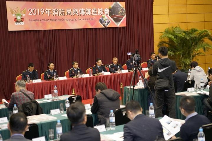 消防局局長梁毓森回答在場記者的提問