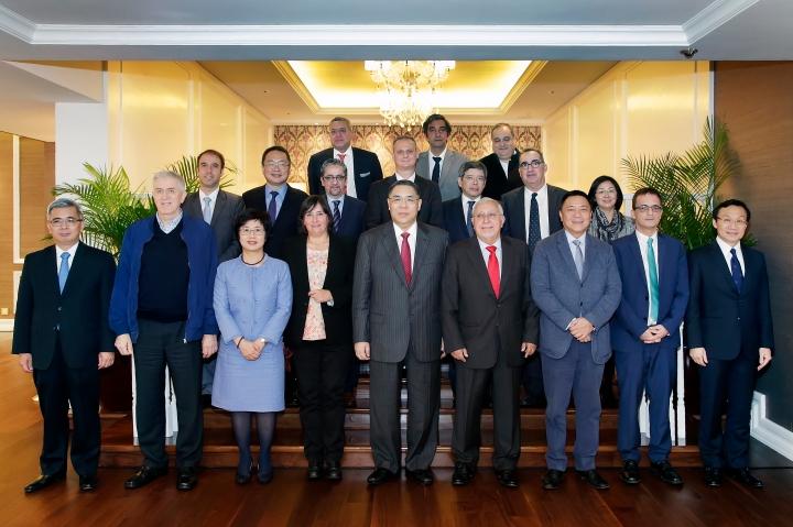 行政長官崔世安與本澳葡文和英文傳媒負責人合照