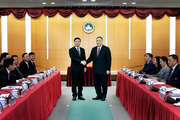 行政長官崔世安與深圳市市長陳如桂在2019年深澳合作會議上親切握手