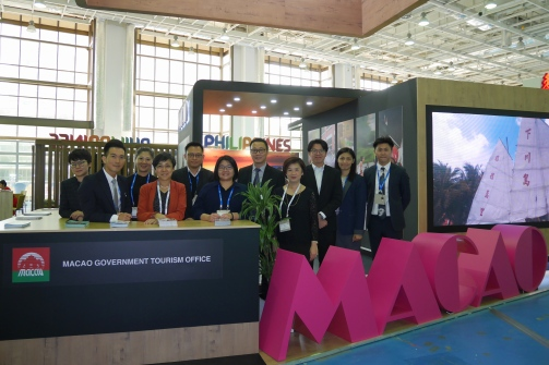 局長文綺華與團隊及業界代表在澳門展位前合照