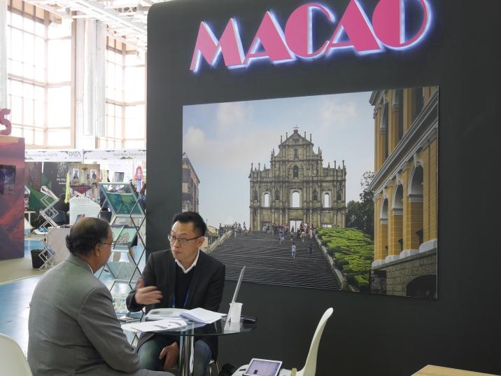 本地業界與海外業者於展位進行洽談