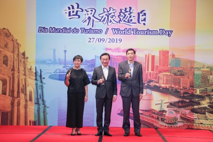 """社會文化司司長譚俊榮在""""世界旅遊日""""晚宴上向在座嘉賓祝酒"""