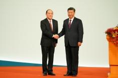 國家主席習近平與剛宣誓就職的第五任行政長官賀一誠親切握手
