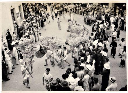1930年代的會景巡遊舞龍,若瑟.利維士.嘉德禮攝,澳門基金會收藏。
