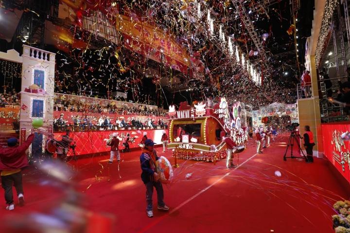 去年花車匯演向觀眾送上祝福