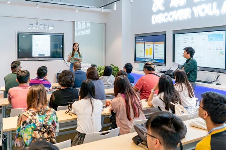 參加者專注聆聽負責人介紹企業核心業務