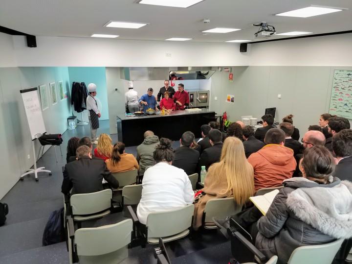 同行的澳門土生葡人廚師在波爾圖為旅業學生示範烹調美食