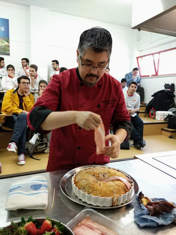 廚師歐嘉努在里斯本為旅業學生烹調葡式焗肉餅