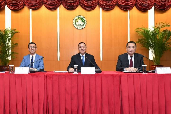 政府發言人辦公室就特區政府批准延長兩間幸運博彩經營者批給合同之申請事宜舉行新聞發佈會,經濟財政司司長梁維特出席發佈會。