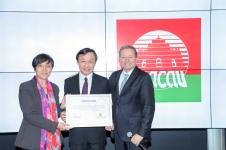 旅遊局局長文綺華代表澳門接受葡萄牙旅行社協會頒發的2019年理想旅遊目的地證書