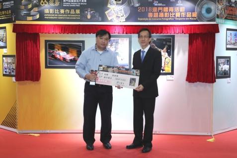 林健璋頒發獎項予得獎者