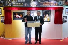潘永權向大賽車攝影比賽冠軍得主頒發獎項