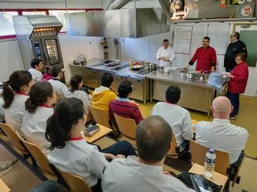 澳門土生葡人廚師馬央及歐嘉努今(12日)向酒店旅遊高等學校的學生示範製作土生葡人美食