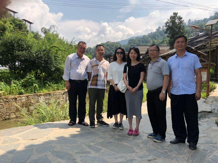 澳門旅遊學院兩位教授(左三、左四)和從江縣文體廣電旅遊局副局長陳德鋒(右二)等合照