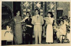 粵劇演員羅品超於1950 年在南灣戲院為鏡湖醫院籌款義唱,鏡湖醫院慈善會提供。