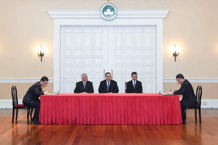 行政長官崔世安與國家科學技術部部長王志剛共同見證《內地與澳門加強科技創新合作備忘錄》的簽署儀式