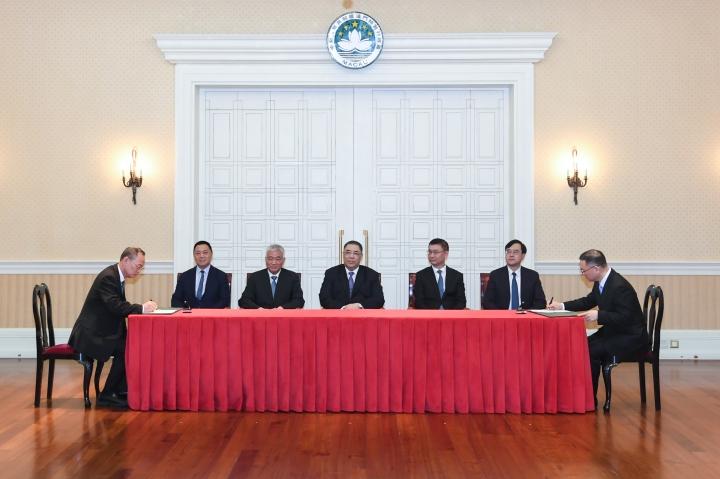行政長官崔世安與國家科學技術部部長王志剛共同見證《關於建設粵澳青年創新創業基地(中山)的合作框架協議》的簽署儀式