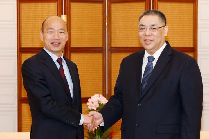 行政長官崔世安與高雄市市長韓國瑜親切握手