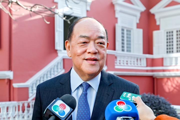 行政長官賀一誠於第五屆特區政府首個工作日到政府總部上班,履行新職務。