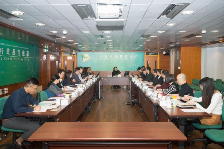 行政長官選舉管理委員會與印務局代表會面,就行政長官選舉委員會委員選舉的選票設計及製作等事宜交換意見。