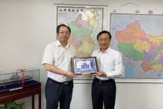 譚俊榮向山西省副省長王一新致送紀念品