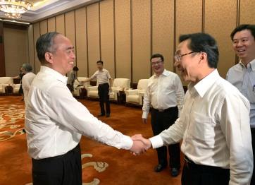 譚俊榮與山西省省委副書記林武(左一)交談