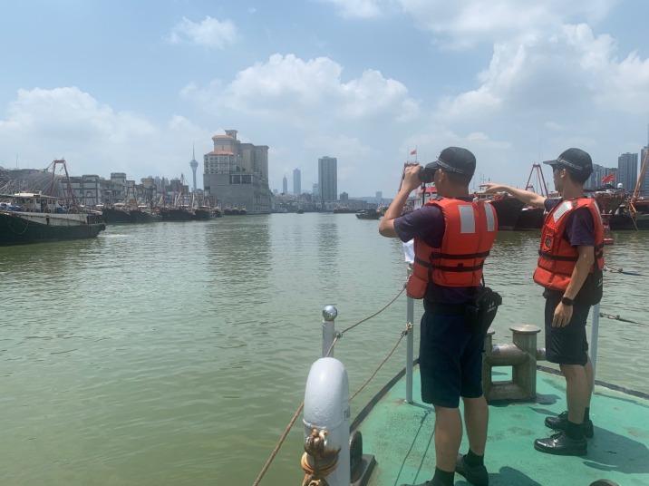 關員協助漁船出海