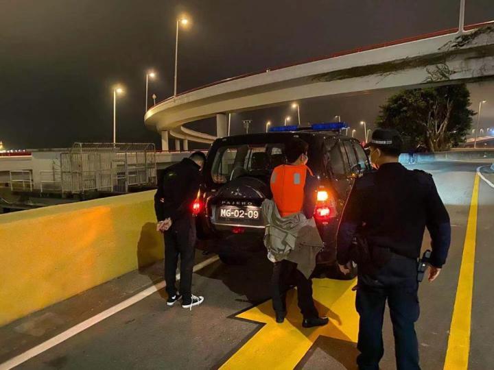 海關拘捕涉案的偷渡客