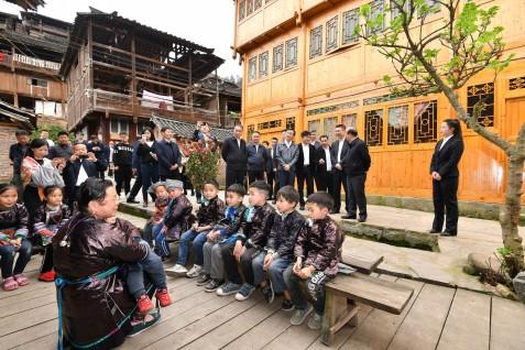 特區政府及中聯辦代表團在從江縣高增鄉占里村考察當地文化風情和旅遊資源