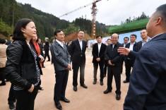 特區政府與中聯辦代表團考察由澳門基金會捐建的從江丙妹鎮大歹小學項目建設進展情況。