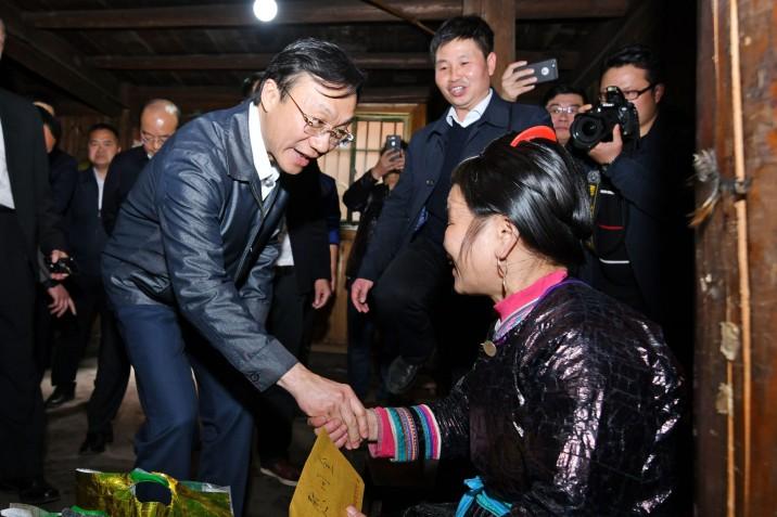譚俊榮司長、姚堅副主任率代表團慰問占里村貧困户並聽取當地政府官員介紹扶貧工作