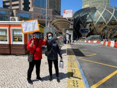 巴士公司人員向乘客提供乘車資訊