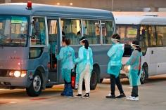 由湖北回澳的澳門居民離開機艙,隨即登上消防局安排的車輛,前往路環高頂公共衛生臨床中心。