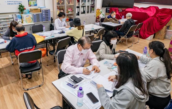 經濟局組織澳門通人員假街總北區辦事處為該區商戶處理電子機具申辦手續