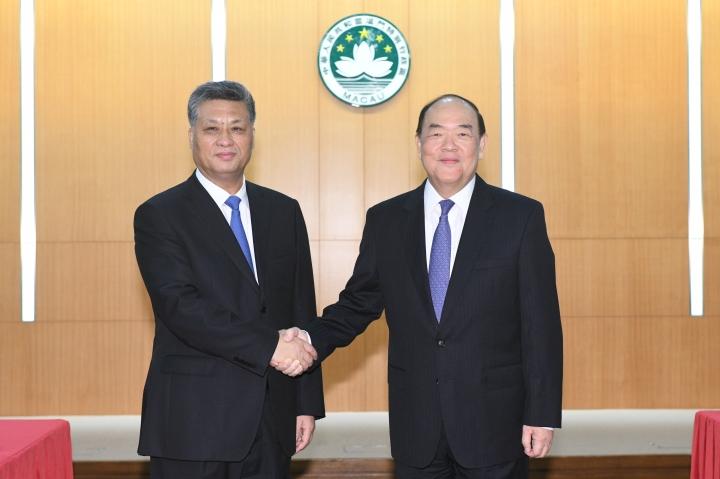 行政長官賀一誠與到訪澳門的廣東省省長馬興瑞親切握手