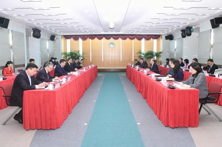 行政長官賀一誠與廣東省省長馬興瑞分別率領政府代表團,在澳門舉行粵澳深度合作區總體方案工作會議。