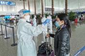 醫護人員為澳門居民進行健康檢查,測量體溫。