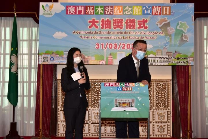 219 市政管理委員會主席戴祖義抽出得獎者
