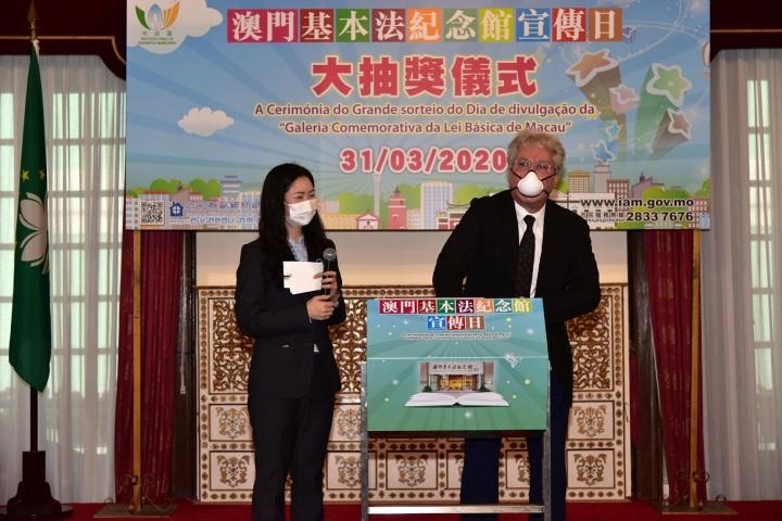 219 市政諮詢委員會主席司徒民義抽出得獎者