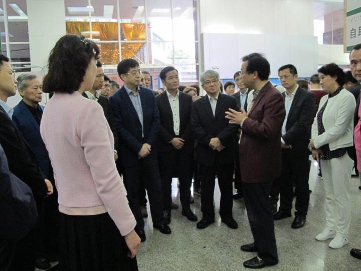 中山大學腫瘤防治中心副主任彭望清向參訪團介紹該院的臨床試驗中心和放射治療中心