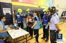 保安部隊及部門聯同民間社團和義工協助參與演習的市民到達避險中心