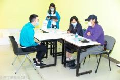 勞工局人員監督企業面試過程