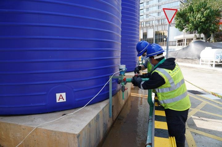 工作人員模擬關閉出現洩漏的漂水投加系統閥門