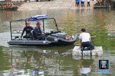 搜救受洪水圍困居民的情節