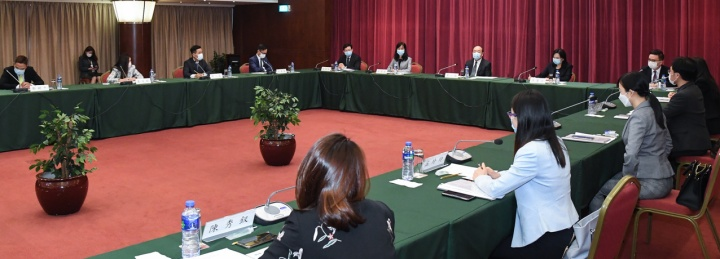 政長官賀一誠與中華全國青年聯合會澳區委員舉行座談會,交流施政意見。 copy