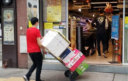 有超市職員正陸續補貨 (1)