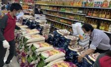 有超市職員正陸續補貨